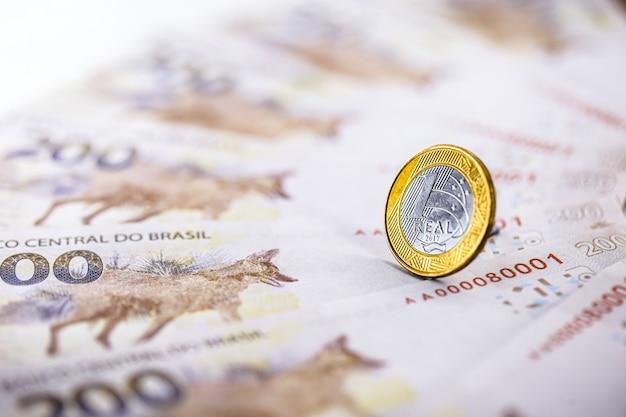 Uma moeda real brasileira de cerca de duzentos reais