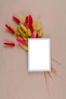 Uma moldura de foto com uma decoração de flores secas no fundo