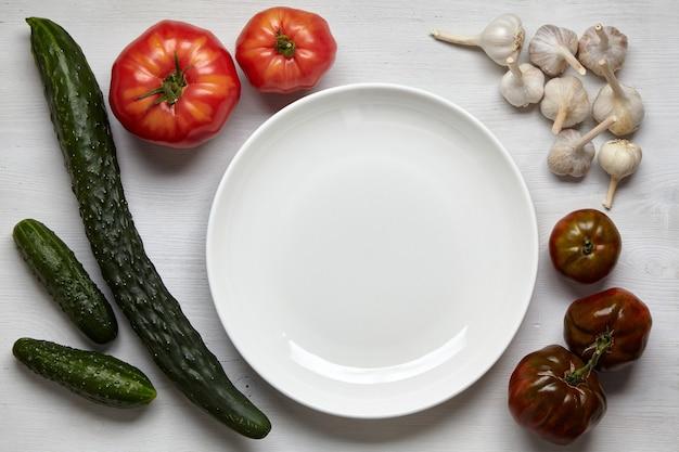 Uma moldura de vegetais caseiros em uma mesa de madeira