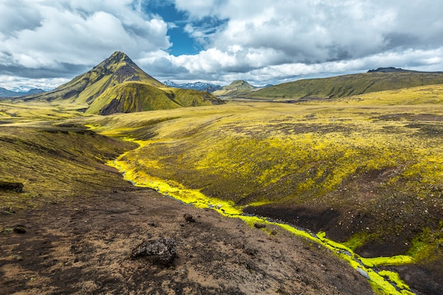 Uma montanha verde e um belo rio de musgo na caminhada de 54 km de landmannalaugar, islândia