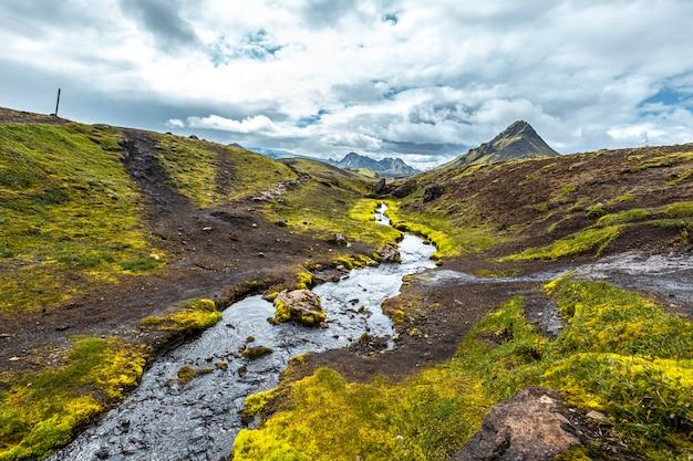 Uma montanha verde e um rio fantástico na caminhada de 54 km de landmannalaugar, islândia