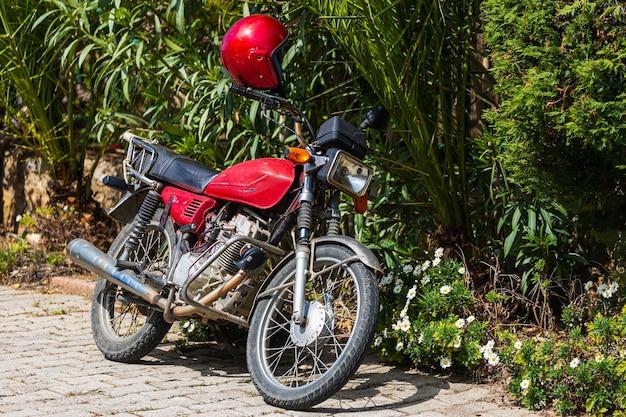 Uma motocicleta vermelha vintage parada em um estacionamento