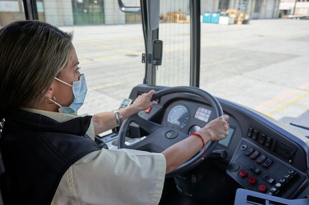 Uma motorista trabalhando no ônibus