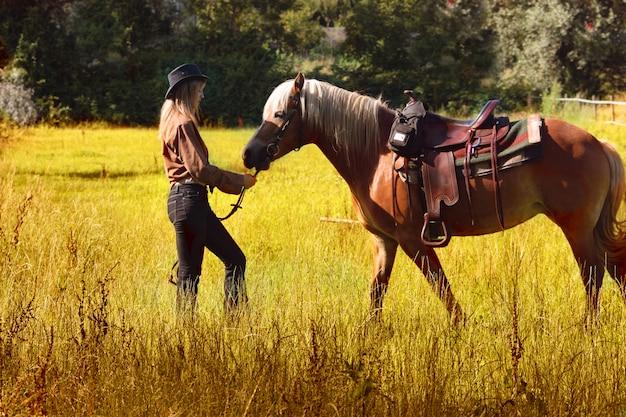 Uma mulher a cavalo na zona rural