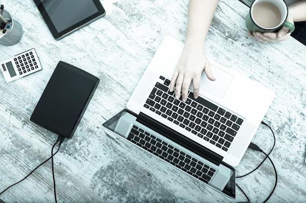 Uma mulher adulta plus size trabalhando no escritório em casa.