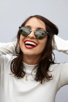 Uma mulher alegre rindo