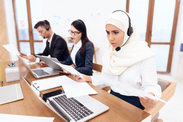 Uma mulher árabe trabalha em um call center.