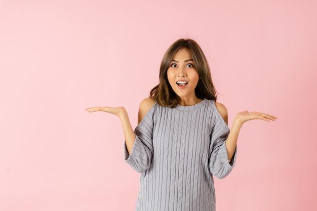 Uma mulher asiática apresentou um produto