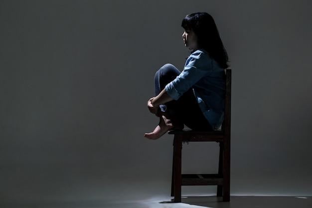 Uma mulher asiática está sofrendo de depressão.