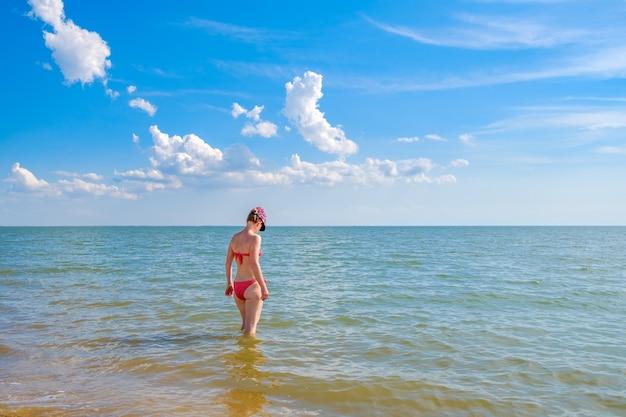 Uma mulher atraente no mar. vida de viagem feliz.