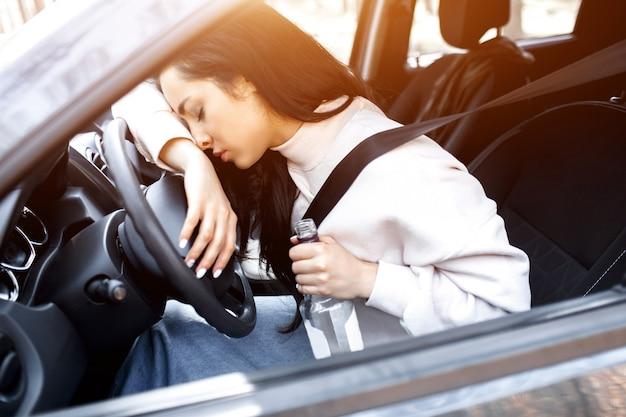 Uma mulher bêbada dirige um carro