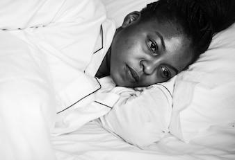 Uma mulher bem acordada na cama