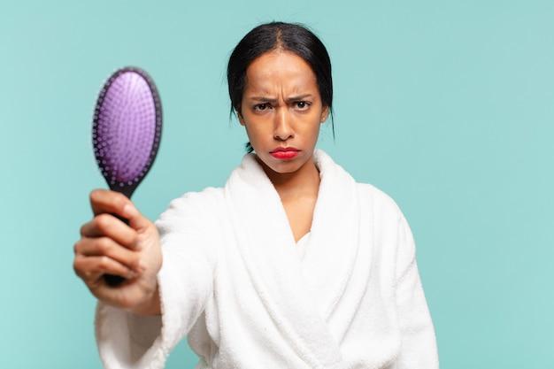 Uma mulher bonita americana. conceito de escova de cabelo conceito de escova de cabelo