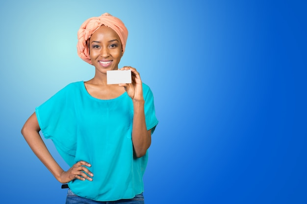 Uma mulher bonita com um sorriso perfeito detém um cartão de visita