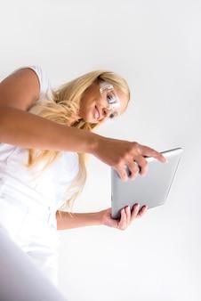 Uma mulher bonita jovem pintor com um tablet