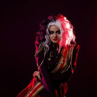 Uma mulher brilhante e chocante com um penteado preto e branco