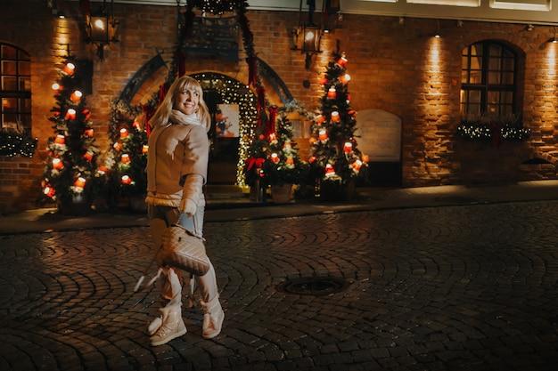 Uma mulher caminha pela cidade de vilnius no ano novo no inverno. lituânia.