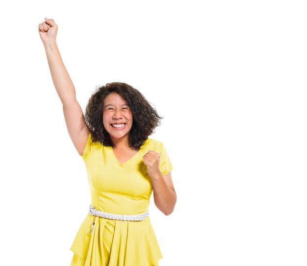 Uma mulher casual comemorando com uma mão levantada
