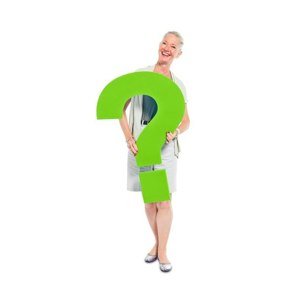Uma mulher casual, segurando um ponto de interrogação verde
