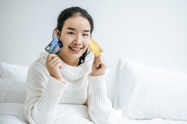 Uma mulher com cartão de crédito.