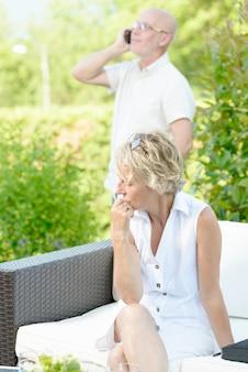 Uma mulher com ciúmes do marido