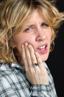 Uma mulher com dor de dente