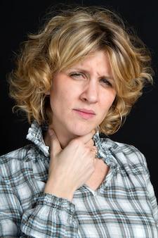 Uma mulher com dor de garganta
