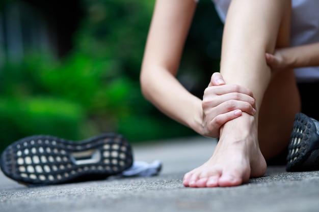 Uma mulher com dor na perna no parque