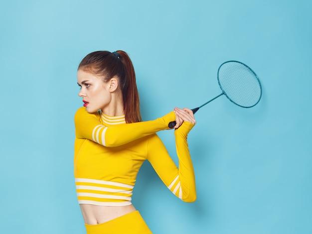 Uma mulher com um agasalho elegante pratica esportes e faz exercícios, um agasalho amarelo