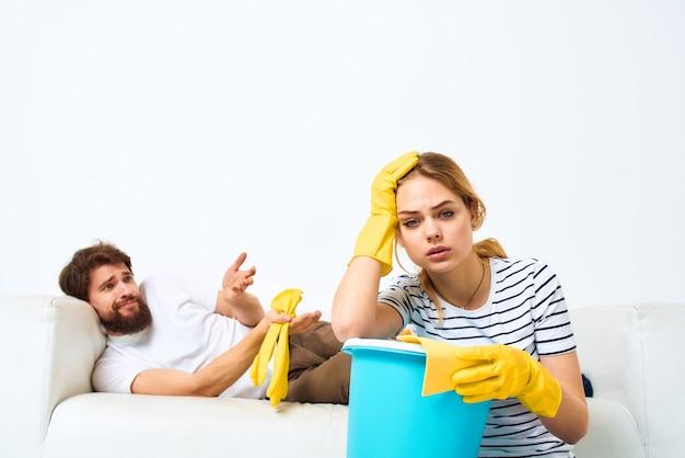 Uma mulher com um balde com um marido deitada no sofá
