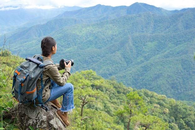 Uma mulher com uma câmera dia mundial do fotógrafo.