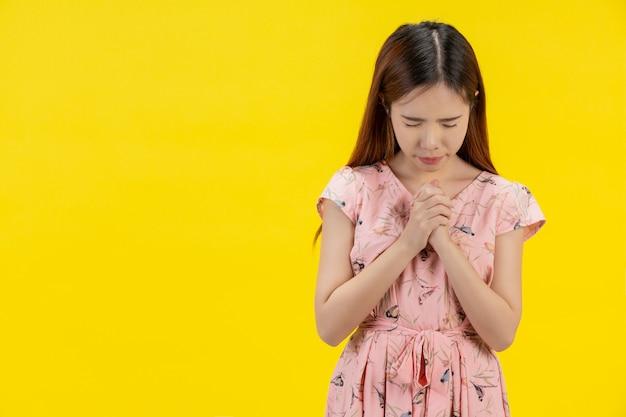 Uma mulher com uma mão em oração