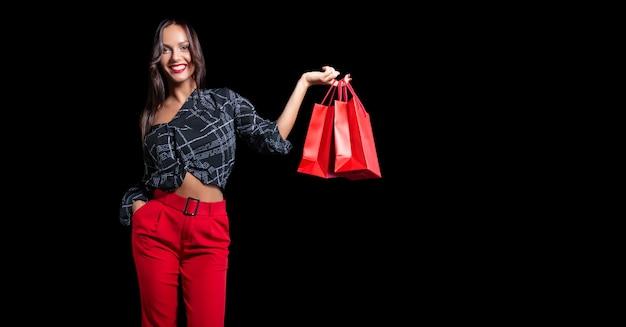 Uma mulher comercial segurando uma sacola vermelha isolada