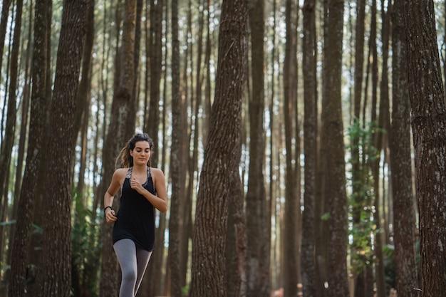 Uma mulher correu na floresta