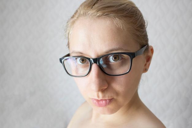 Uma mulher de aparência caucasiana com óculos