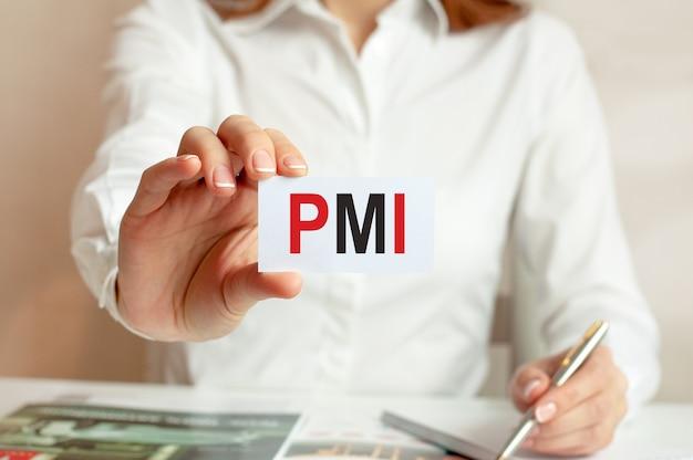 Uma mulher de camisa branca segura um pedaço de papel com o texto: pmi. conceito de negócios para empresas