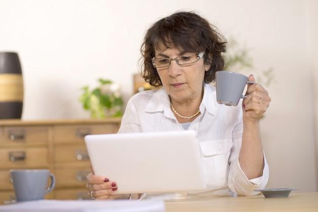 Uma mulher de meia idade usando um tablet computador