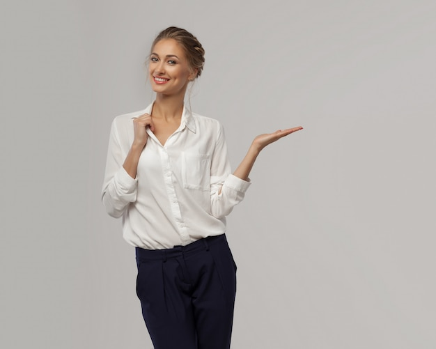 Uma mulher de negócios bonita em uma camisa de escritório clássico branco