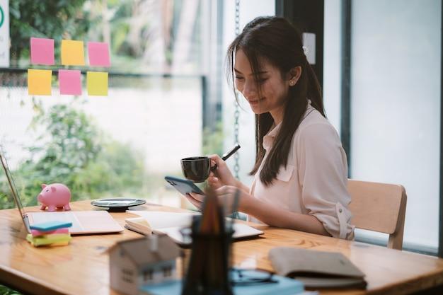 Uma mulher de negócios conclui o kyc usando um programa de banco on-line para abrir uma conta poupança digital. a definição de segurança cibernética.