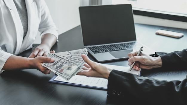 Uma mulher de negócios entregou dinheiro de propina a funcionários do governo para assinarem um conceito de acordo comercial sobre corrupção e antissuborno.