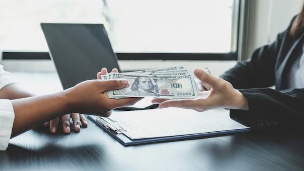 Uma mulher de negócios entregou dinheiro de suborno aos funcionários do governo.