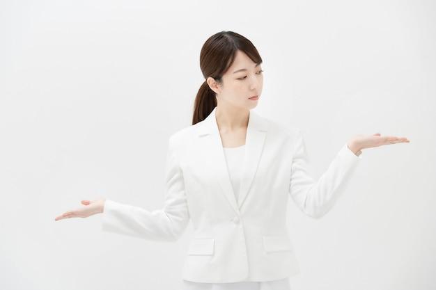 Uma mulher de negócios que se apresenta como se estivesse comparando duas opções