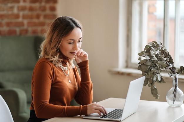 Uma mulher de negócios trabalhando on-line em casa