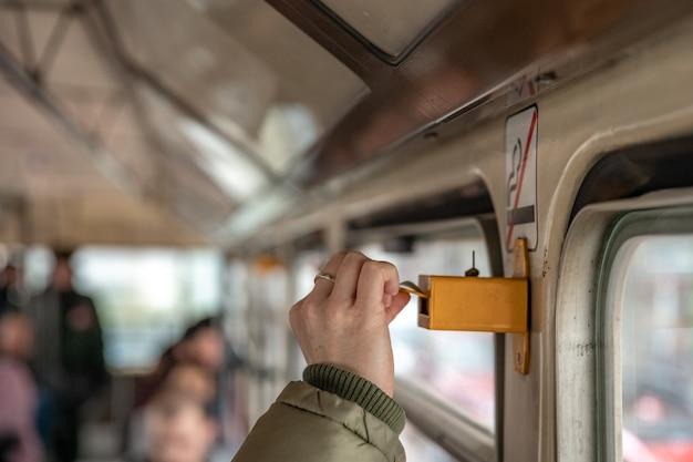 Uma mulher denota uma passagem de transporte público perfurando