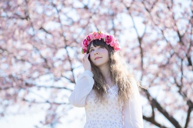 Uma mulher desfrutando de flores de cerejeira