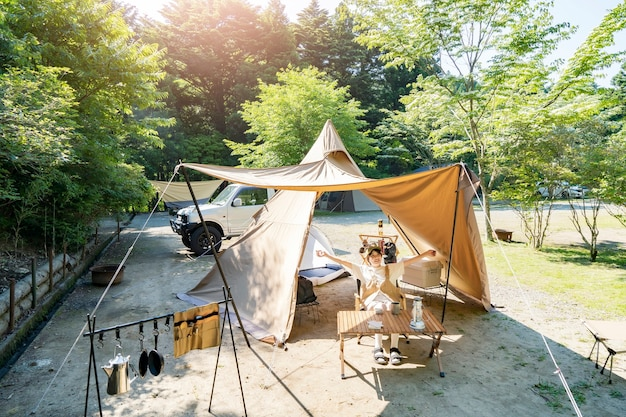 Uma mulher desfrutando de um acampamento solo em um belo dia