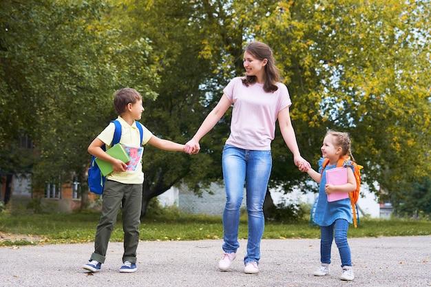 Uma mulher e dois filhos na parte de trás.