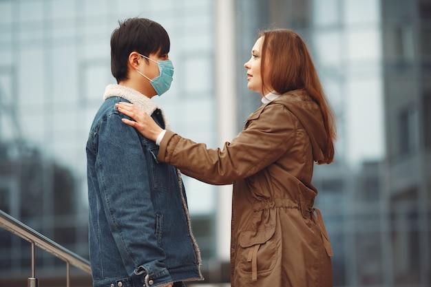 Uma mulher e um homem chinês estão usando máscaras de proteção
