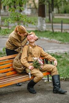 Uma mulher e um soldado em um uniforme militar soviético