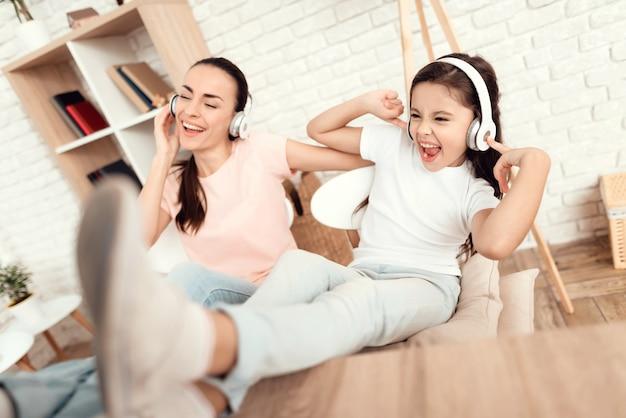 Uma mulher e uma menina estão descansando em casa.